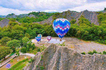 高市府观光局在田寮月世界进行热气球系留升空测试,经专业团队评估,热气球试飞成功。