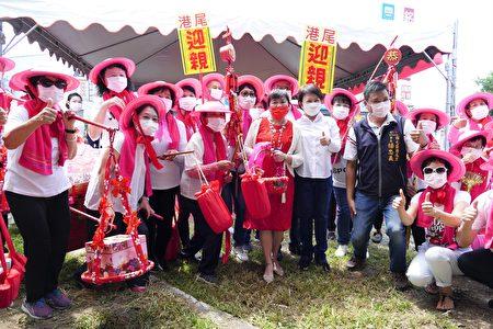 台中市西屯区港尾里活动中心新建工程开工动土,市长卢秀燕出席开工活动与民众欢喜庆祝。