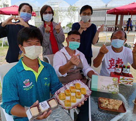 为鼓励屏东农民撑过疫情,慈惠医专今率教师群40余人参访枋寮农场,分享产业创新故事。