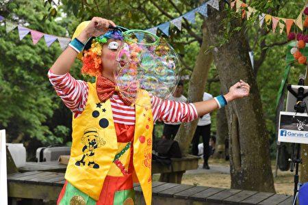 中秋連假,屏東可可園區以「中秋童趣人團圓」為主題,規劃巨型夢幻泡泡與小丑氣球雜技。
