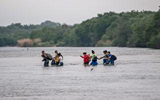 数千非法移民聚桥下 德州小城市长:情况危急