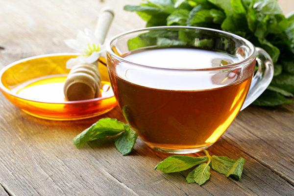 薄荷蜂蜜饮对消暑、改善中暑很有效。(Shutterstock)