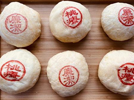桃疗ThankYou饼,饱满内馅是麻糬、蛋黄、肉松和豆沙。