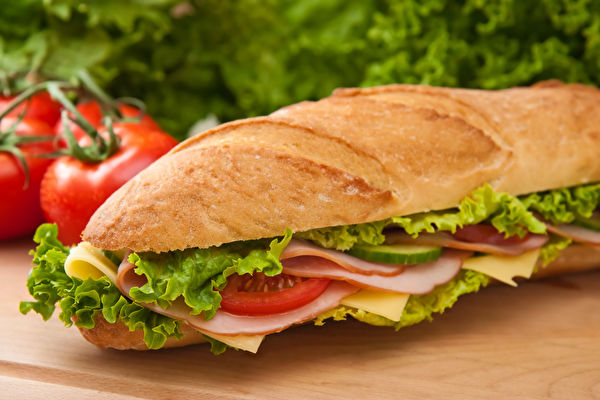 Large,Submarine,Sandwich,With,Ham,,Swiss,Cheese,,Lettuce,And,Tomatos,生菜
