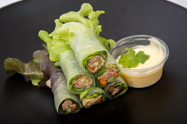 Salad,Tuna,Roll,In,Black,Dish,生菜