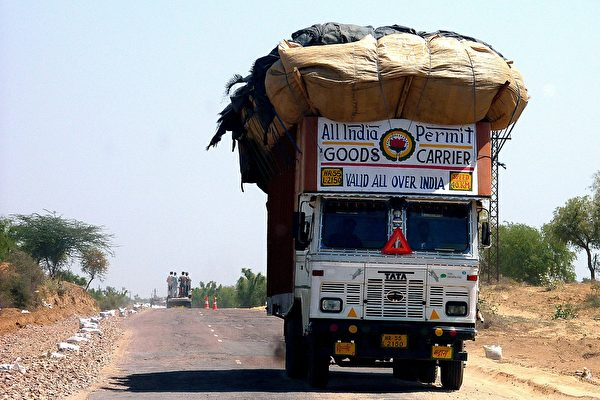 卡车断成两半车头继续向前冲 司机在后面追