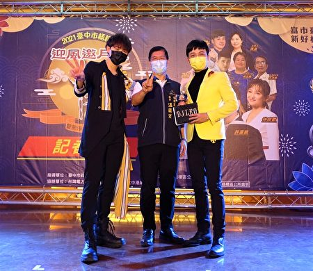 台中梧栖区公所即将在10月2日(六)举办中秋晩会活动,晚会上除了有金曲歌王许富凯精彩的歌曲演唱外,更有歌手李子森的精彩演唱。