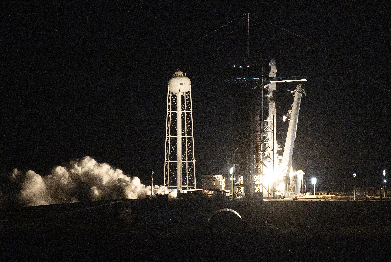 SpaceX火箭升空 全平民太空旅行(多圖 )