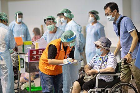 莫德納第二劑9月28日接種(圖為:港坪運動公園體育館的大型接種站資料照片)。