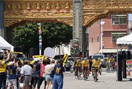 屏東迎王「千里騎福」7天環繞全台共1139公里,在環島途中吸引大量民眾為其加油打氣,車隊17日凱旋歸來抵達東隆宮。