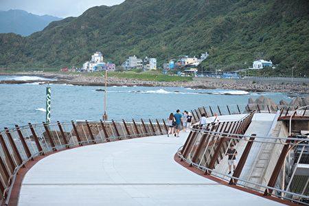 望海巷跨海景觀橋點燈啟用。