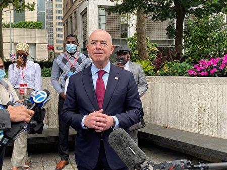 美国国土安全部长Alejandro N.Majorkas在9月17日的入籍仪式上带领新公民宣誓效忠美国;图为仪式后他在记者会上回答提问。