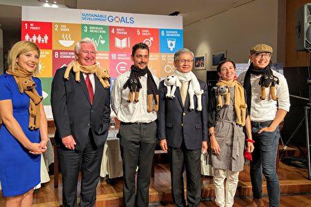纽约经文处处长李光章及与会讲者等穿戴由叙利亚妇女手工编织之可爱动物围巾合影。