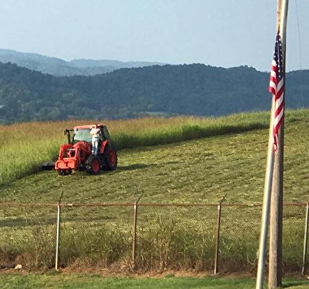 隔壁學校球賽奏國歌 忙碌農民站拖拉機上致敬