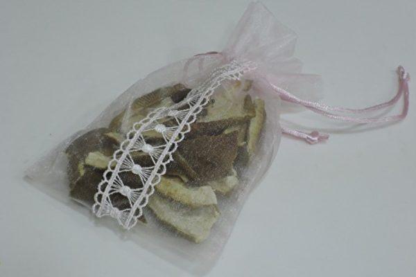 乾柚子皮用網袋包好,可放進鞋櫃、衣櫃除臭。(圖片提供/陳映如)