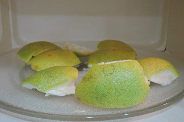微波柚子皮可烘乾柚皮,還可同時清潔微波爐。(圖片提供/陳映如)