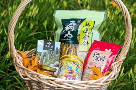 """期间限定""""赤科山特产箱"""",包含无硫金针、赤科山清香茶包、自然农法栽培红黑糖、高山油菊与姜黄粉。"""