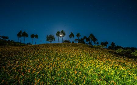 入夜后,旅人可以仰望中秋月圆与静谧星空。