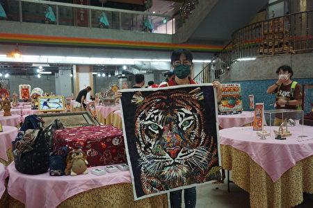周秀惠展示她的拼布作品~老虎。