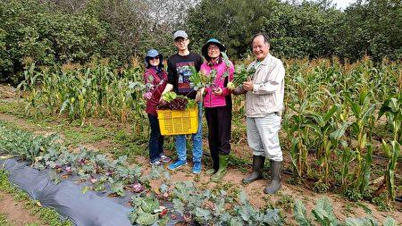 餐厅结合在地农业,车库餐厅总经理吴文慧(右2)、家人与理搏农业生技创办人李文权(右1)合影。