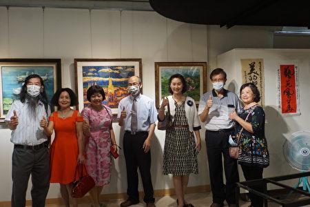 現任理事長黃新弼(右二)環球科技大學校長沈健華(右四)和會員們於開幕典禮開心合影。