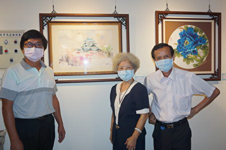陳席卿(右一)、鄭淑琴(右二)賢伉儷和他們的水彩作品「姬路城夜月」及刺繡作品「牡丹」!