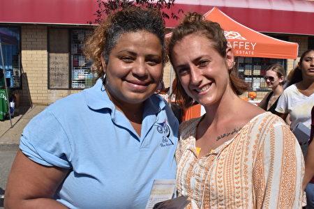 卡門(Carmen)女士(左)在此了解到中共活摘人體器官,掩蓋疫情真相之後表示, 應該讓更多的人知道中共的所作所為。