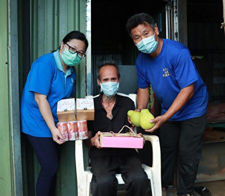 除了修繕房屋,工作人員也準備物資及柚子,讓謝伯伯感受中秋氣氛。.