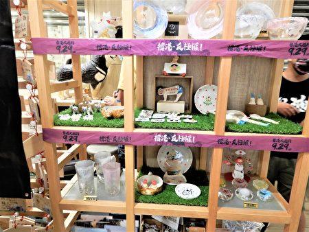 """""""此木二水""""冰店内有许多撑香港的小标语布条。"""