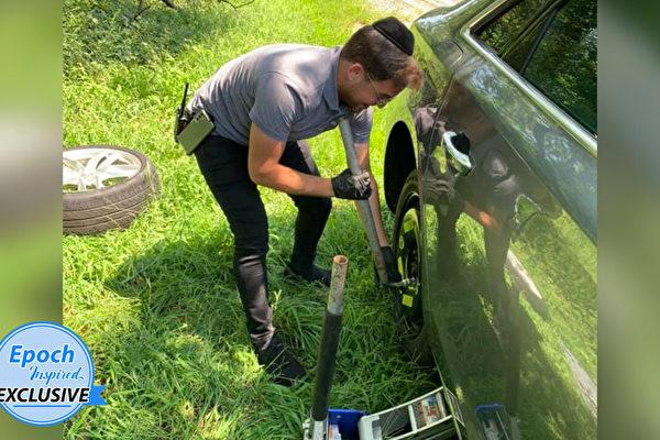 母女高速公路上爆胎 陌生人酷暑中幫忙換輪胎