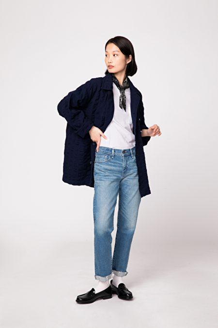 頸間絲巾提升丹寧褲穿搭的細膩氣質度。
