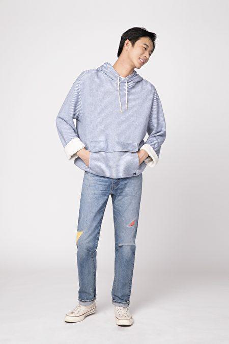 丹寧褲搭配帽T散發文青質感。