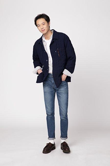 丹寧褲與多層次襯衫穿搭法,展現與眾不同的氣質。