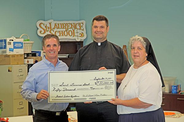 疫情下的曙光 美國一夫婦捐贈20萬美元給學校
