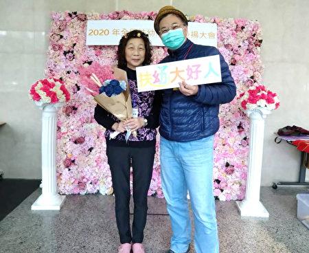 江宏祥與媽媽呂彩雲參加扶幼大會,20年認養人獲表揚。