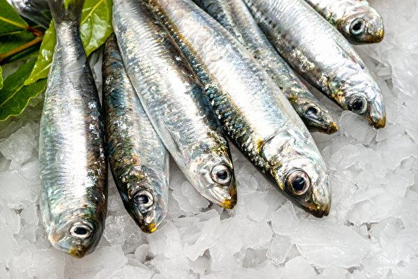 在挑選魚類時,要選眼亮、腮紅、肉有彈性的。(Shutterstock)