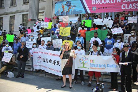 曼哈頓第1選區市議員候選人莫美倫(Maud Maron)出席6月6日在布碌崙區公所前的集會。