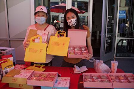 """月饼推销员珍妮弗女士(Jennifer Li)在缅街新龙兴超市(US 1 Supermarket)外的摊位推销从马来西亚进口的""""海外天""""冰皮月饼。"""