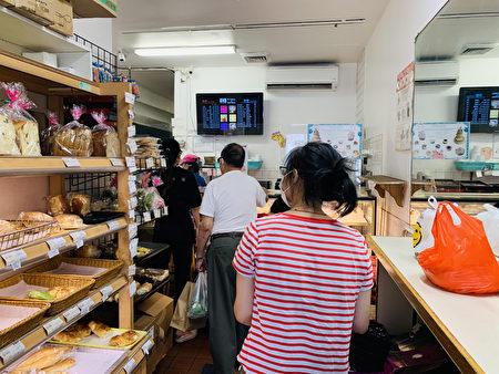 周日(9月19日),法拉盛39大道135-36号的阿波罗西点面包店(Apollo Bakery)内,顾客在排队购买月饼。