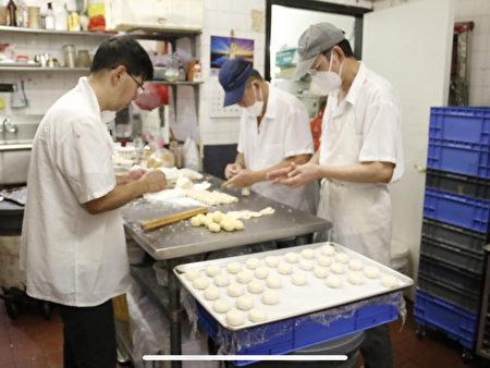 法拉盛阿波罗西点面包店(Apollo Bakery)的糕点师傅在制作手工月饼。