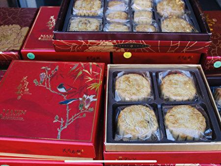 法拉盛缅街美心饼屋(Meixin Bakery)出售的盒装手工月饼。