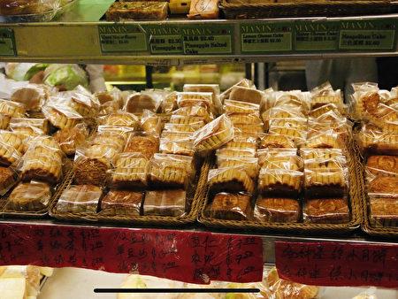 法拉盛缅街美心饼屋(Meixin Bakery)出售的各种口味的散装月饼,价格从2.25~8美元不等。