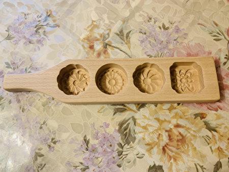 法拉盛张女士在家制作中秋月饼时用的模子。