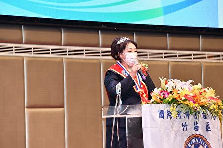 新任竹苗區主席周淑娥致詞,表示「回饋之心、圓公益之夢」是她的使命,此次榮任主席,希望能借重大家的力量,創造更強大的公益目標與價值。