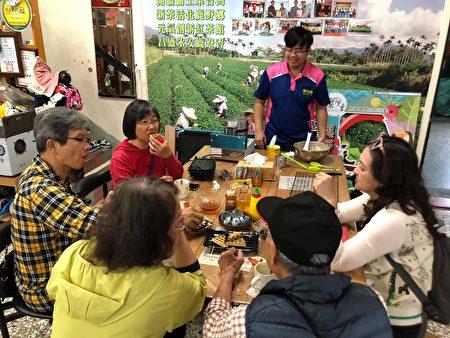 游客体验自制红乌龙茶松饼。