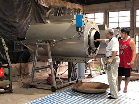 温庆裕为游客导览解说茶叶制作过程。