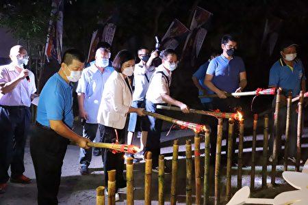 县长张丽善、立法委员刘建国、客委会副主任委员范佐铭、崇贤寺主委萧明贤等人共同点燃火把。
