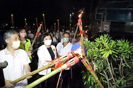 县长张丽善、客委会副主任委员范佐铭、崇贤寺主委萧明贤等人共同持火把巡视附近住家,并逐一点燃住户家门前火把。