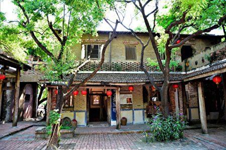 被人们称为手指画家的匡进福,画名匡乙,在老塘湖艺术村作画的古宅画室。