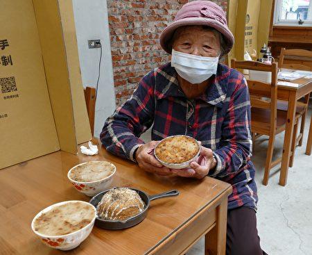曾经在街头摆摊卖碗粿的阿娇姨,如今已88岁高龄。
